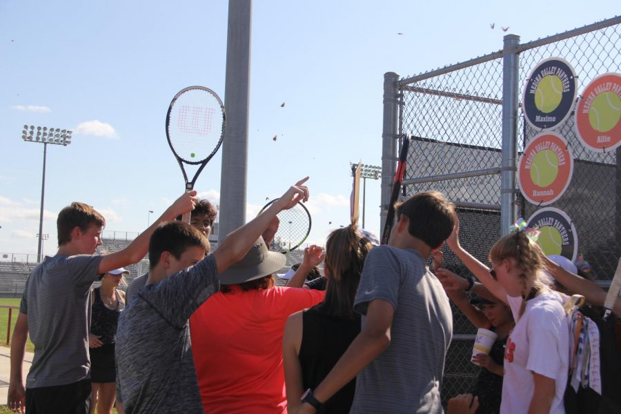 The tennis team breaks out before the tournament PC: Nicole Luna