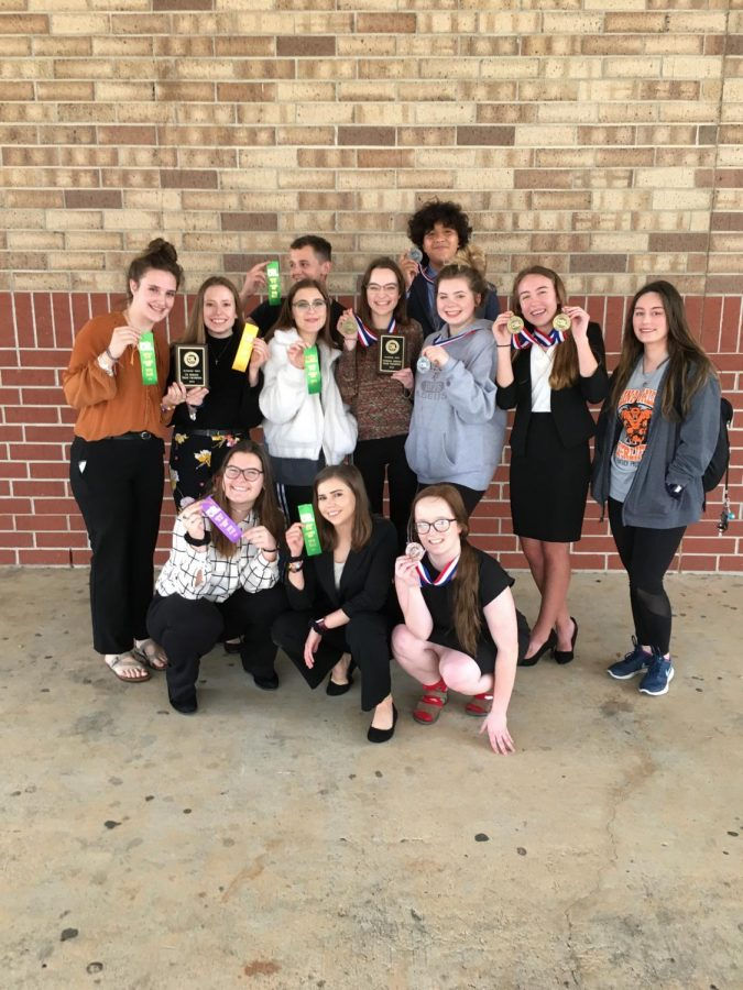 The 2018 Debate team together after a very successful meet.